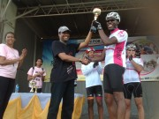 Duke presents trophy to winner at Run For Cure 2014